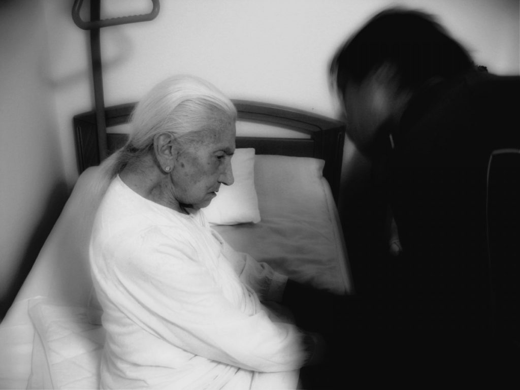 Mujer mayor siendo tratado de sintomas por alzheimer