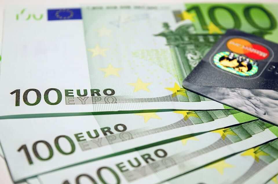 4 billetes de 100 euros y tarjeta de crédito