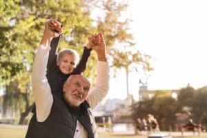 Abuelo y niño riéndose en el parque