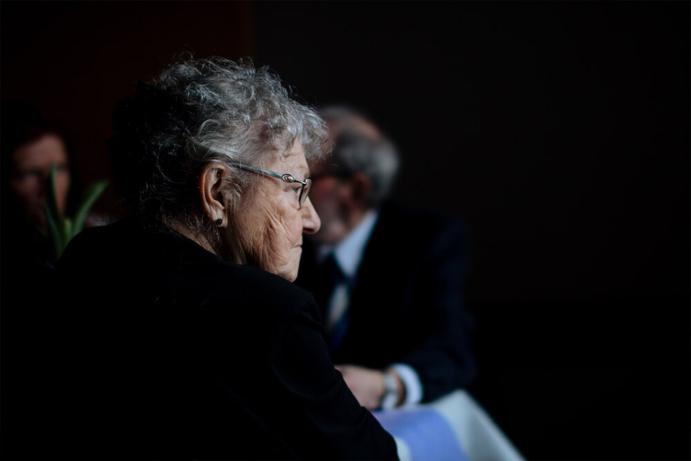 Foto de anciana de perfil con demencia o alzheimer.