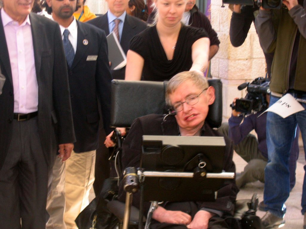 Stephen Hawking uno de los personajes más afamados afectado por el ELA posa en silla de ruedas