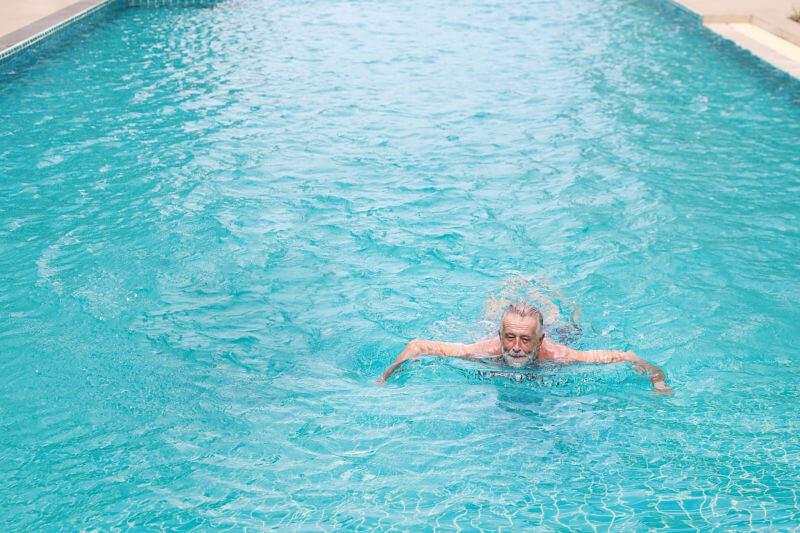 Hombre mayor en piscina