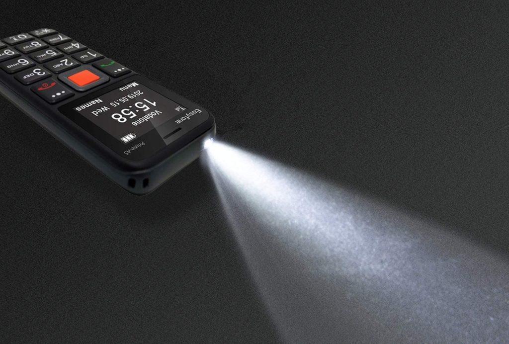 Linterna del Easyfone-Prime-A5 en funcionamiento y generando un potente haz de luz sobre fondo oscuro.