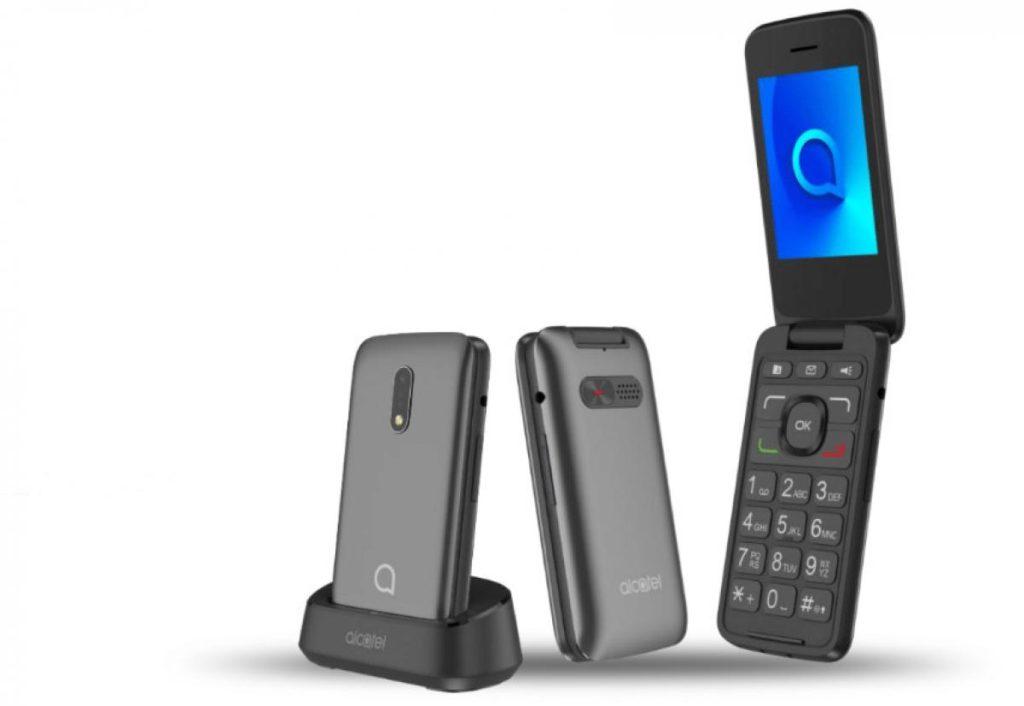 El telefono Alcatel 3026 Senior mostrándose en tres vistas diferentes: sobre su base recargable, cerrado y abierto.