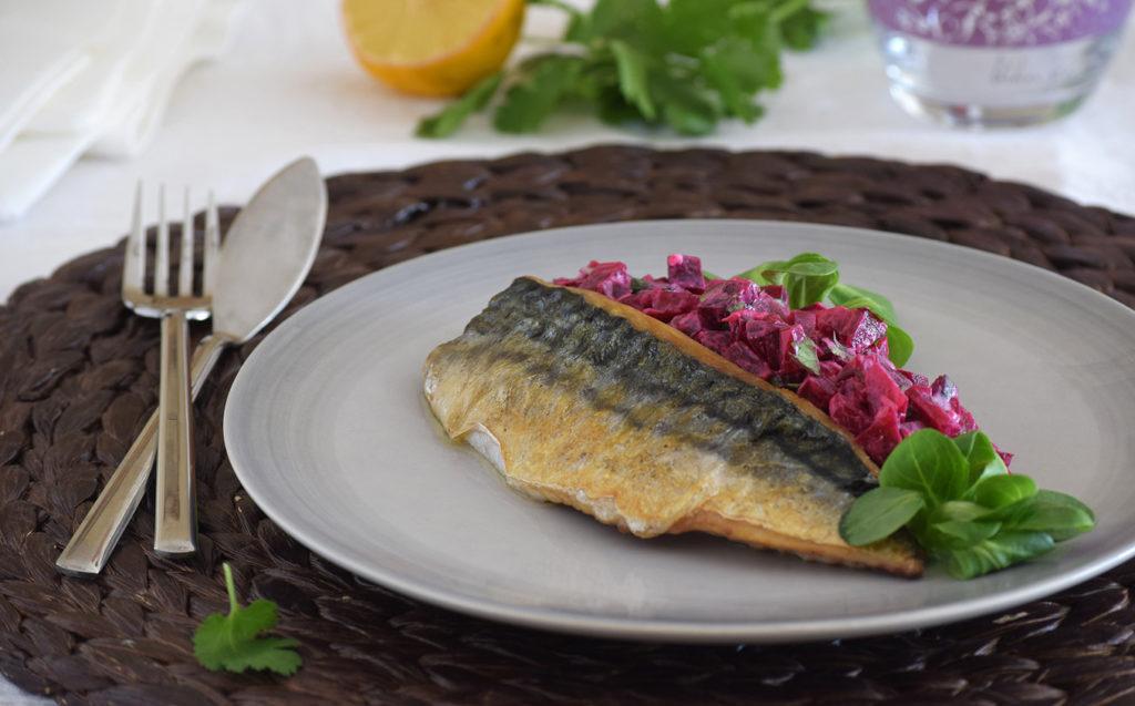 Imagen del plato de caballa con la ensalada cremosa sobre un tapete mimbre.