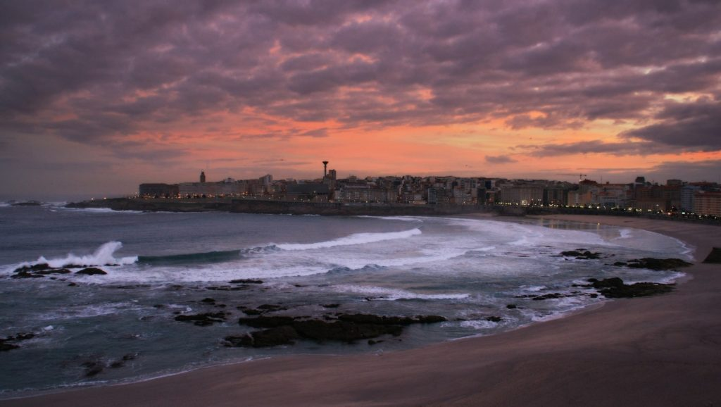 Playa de Riazor en A Coruña al atardecer.