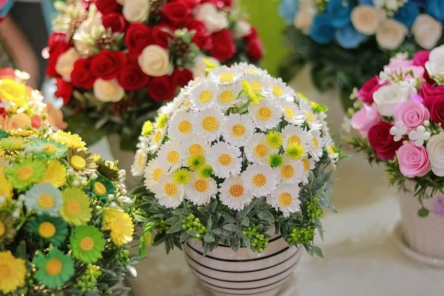Imagen de macetero con planta con flores blancas