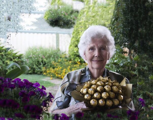 Abuela feliz con una bandeja de bombones