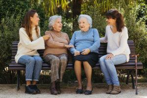 Cuidadoras con ancianas en el parque