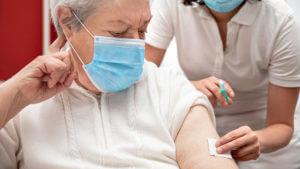 cómo tratar un resfriado en adultos mayores