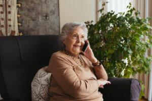 Abuela hablando por teléfono