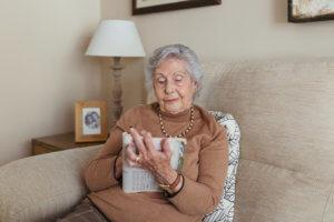 Abuela jugando a sudoku
