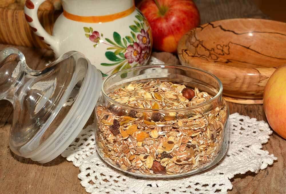 Bote transparente con avena y frutos secos.