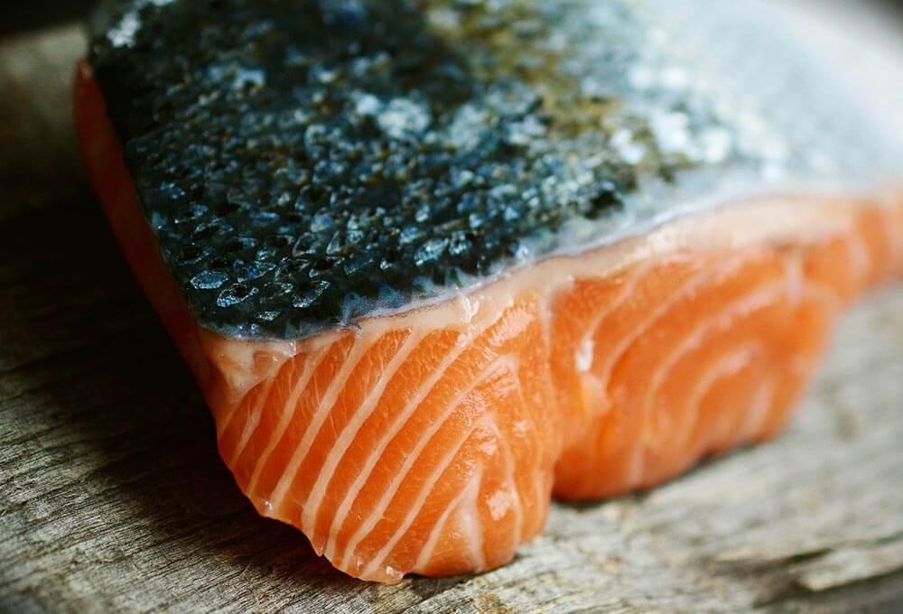 Lomo de salmón en una tabla de madera.