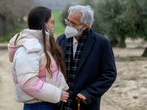 Alba, hija de María de cuéntame como pasó, halando con Antonio alcántara con las mascarillas