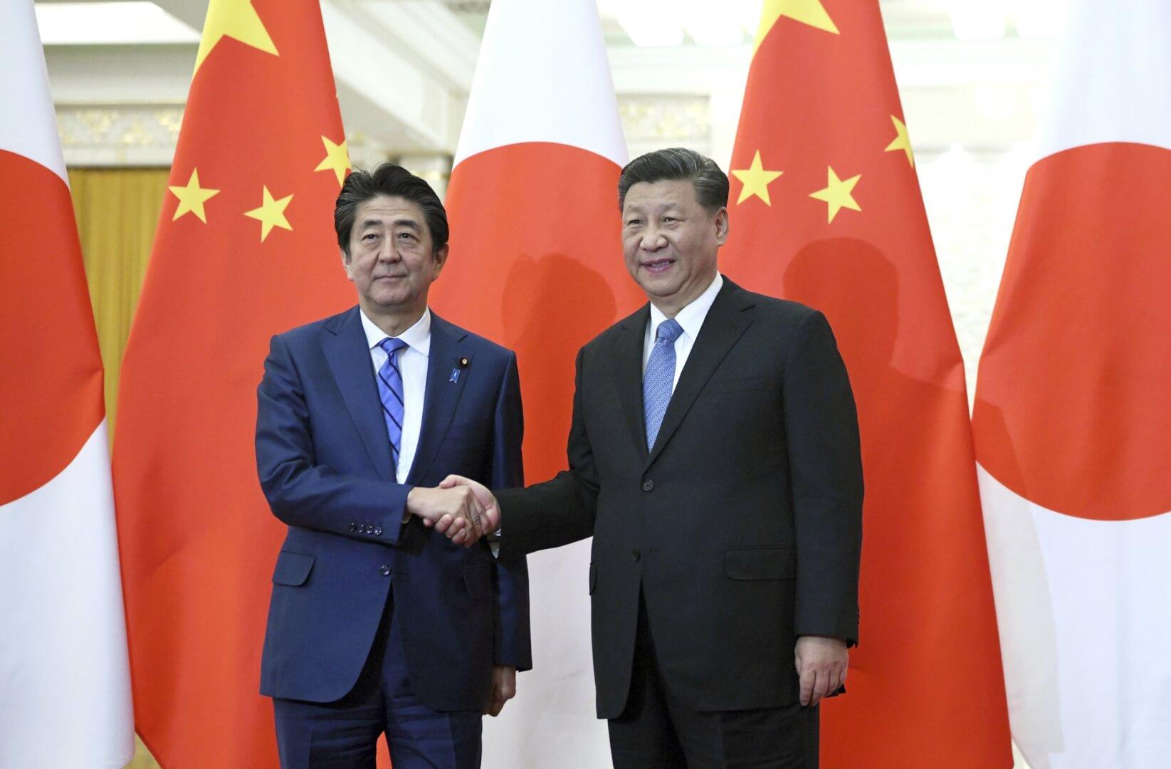 Xi Jinping y Lee Hsien Loong se dan la mano en una cumbre entre China y Japón.