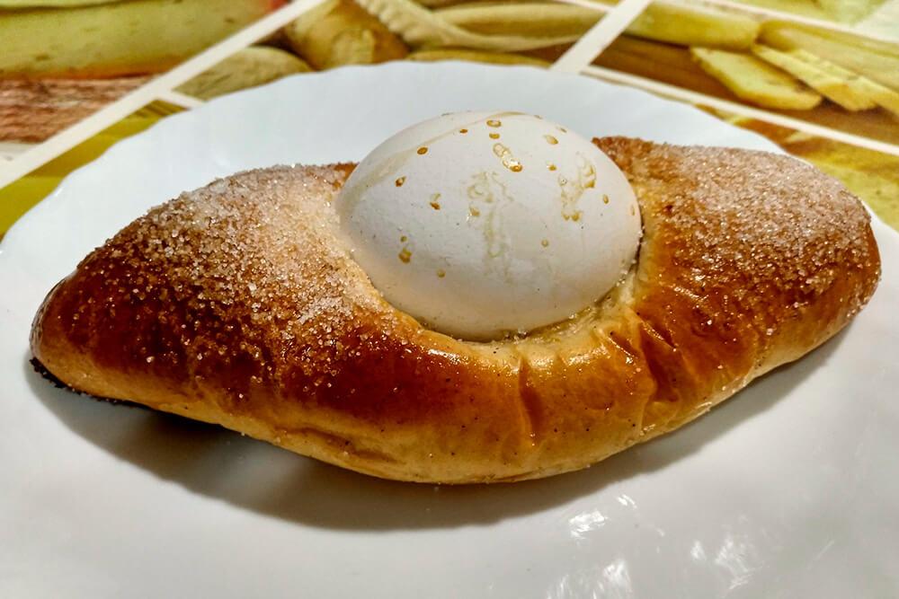 Mona de pascua sobre un plato con un huevo duro en el centro.