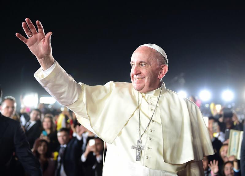 El Papa Francisco saluda a su llegada a El Cairo.