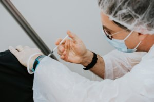 Vacunación de la Covid-19 en una persona mayor