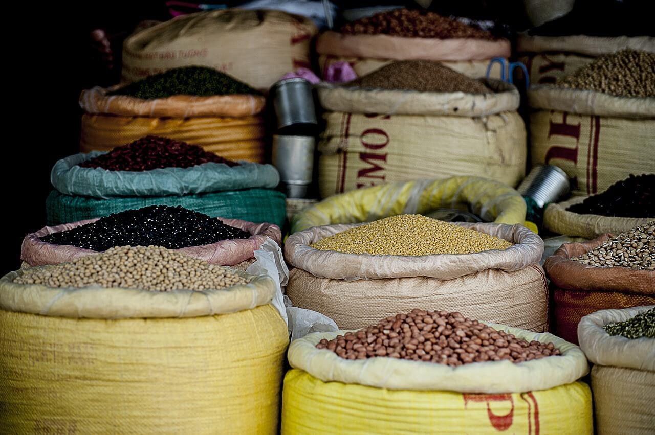 8 sacos repletos de diferentes legumbres: garbanzos, alubias, lentejas, etc