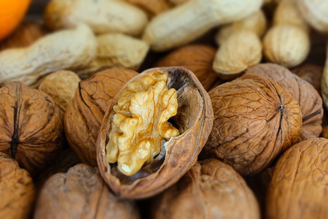 Nueces y cacahuetes a medio abrir