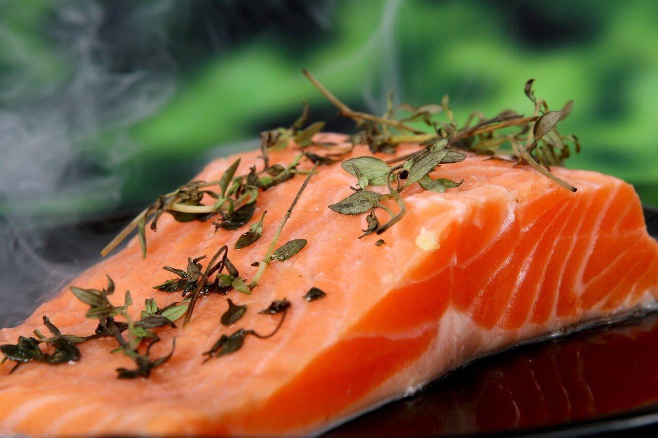 Corte de salmón ahumado con cilantro por encima.
