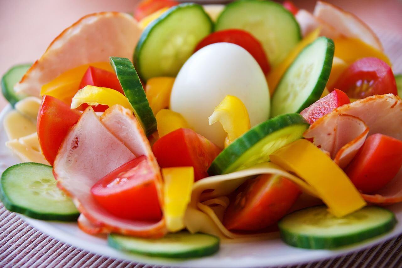 Ensalada fresca de verano con pepino, tomate y huevo duro.
