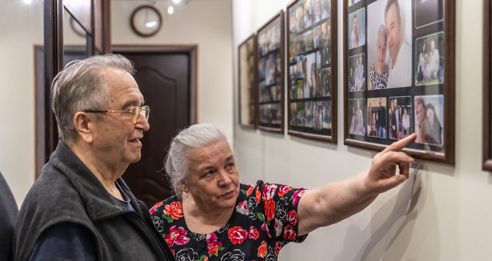 Anciano enseña a su marido fotografías de su juventud