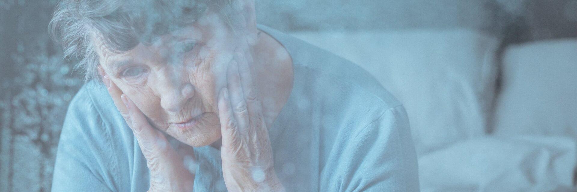 Anciana padeciendo de soledad por su divorcio.