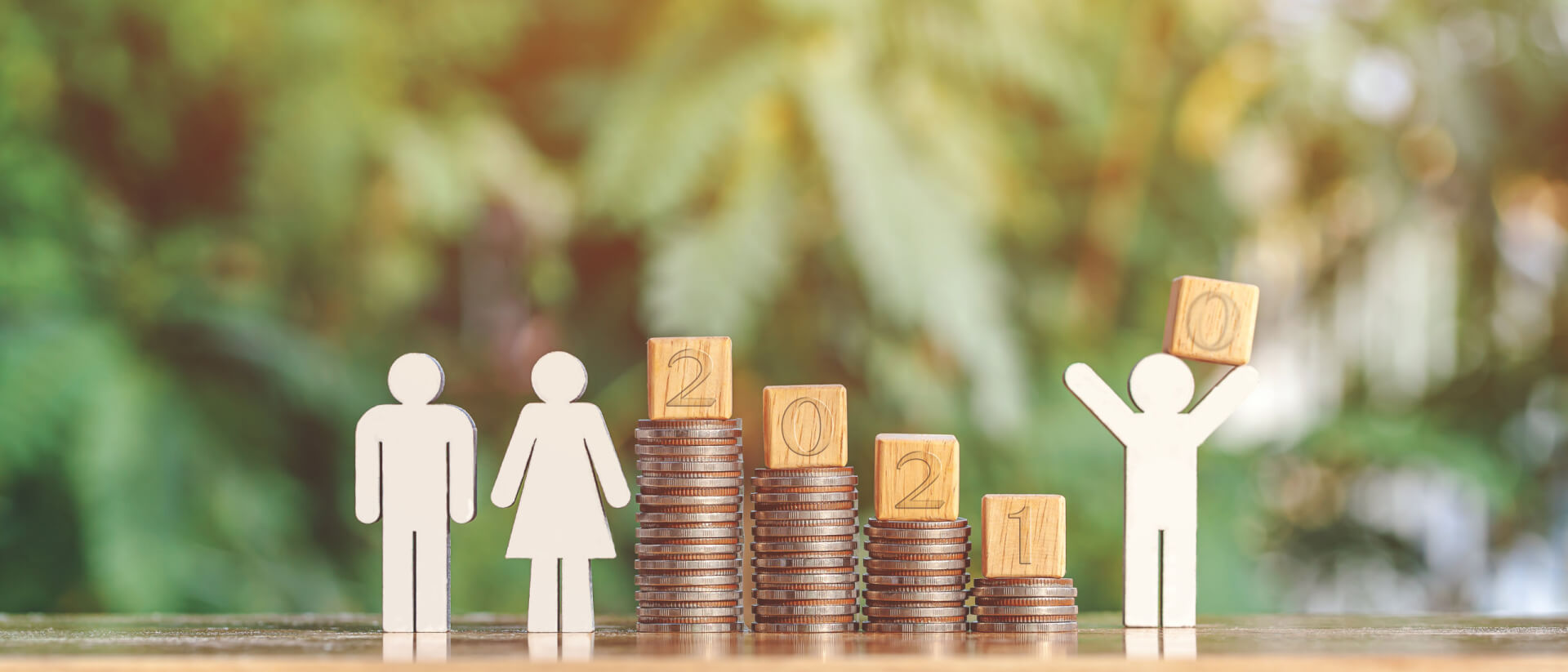 Montaje con monedas simulando un aumento de salario con montones de monedas en 2021.
